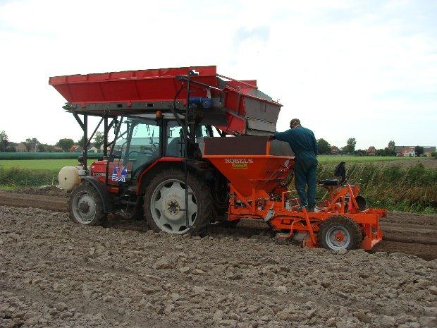 Planten  MF 6140 + regelplanter 4 regel 150 Mart Looijesteijn Herman Pennings Molenvaart 11-09-08 (1)