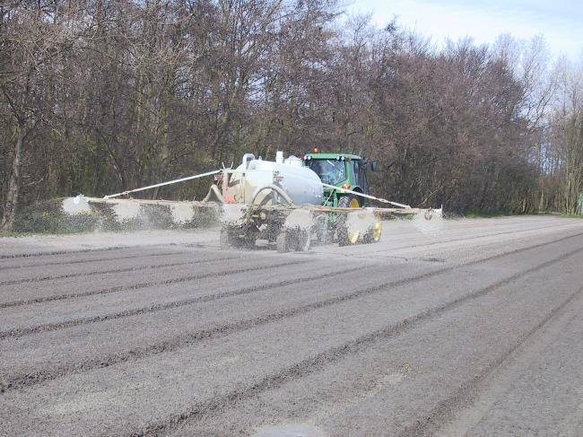 Stuifbestrijding Beddenwagen 5 m3 JD 6320 + beddenwagen cellulose bedden